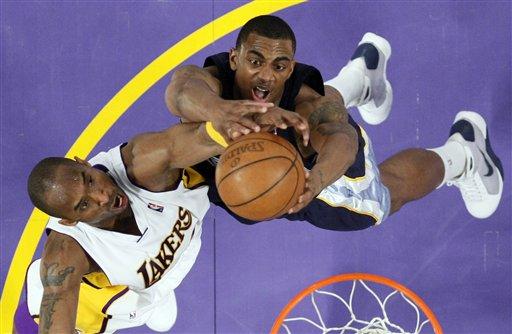 图文-[NBA]灰熊75-92湖人科比抢篮板